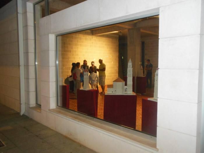 POSUŠJE: Otvorena izložba kamenih crkava i zvonika Josipa Radića s Brača