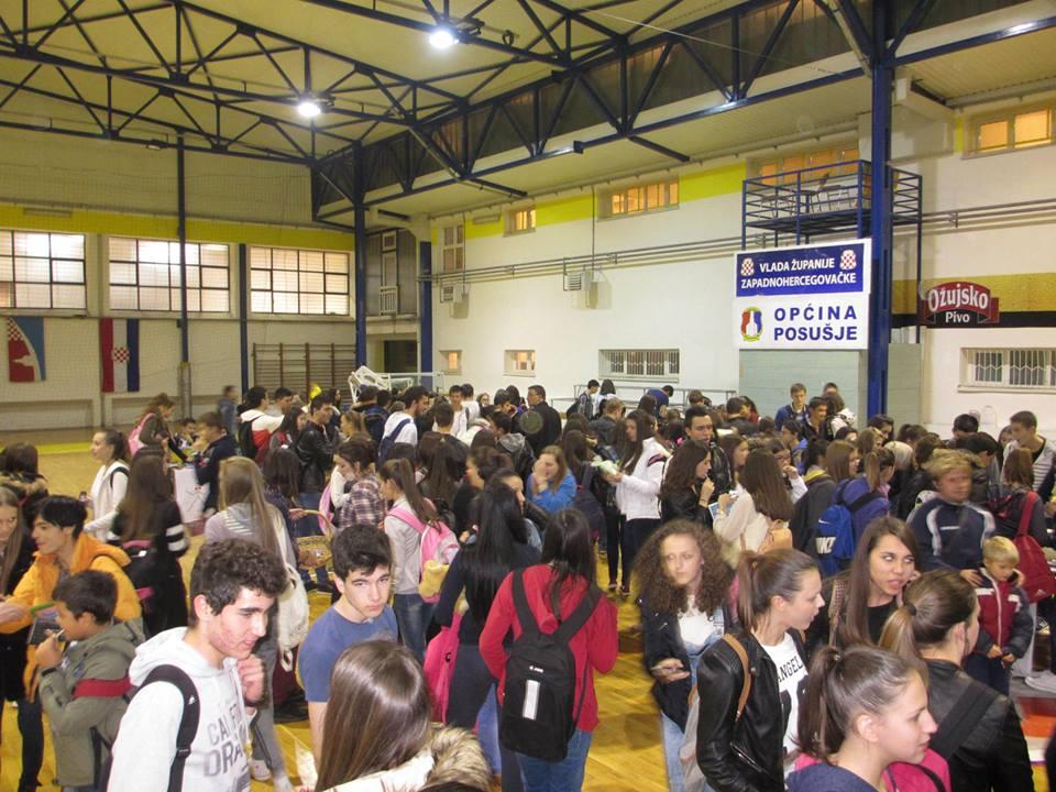 POSUŠJE: Srednjoškolci prikupili 1500 KM za obitelj Petričušić!