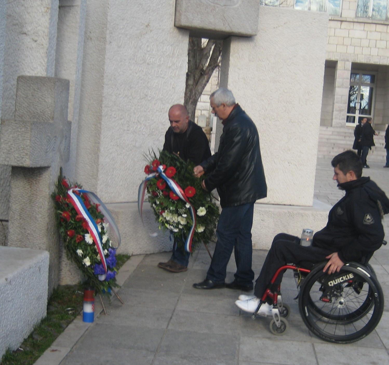 POSUŠJE: Članovi HVIDR-e položili vijence na Trgu hrvatskih branitelja