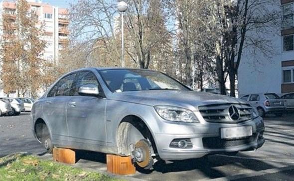 SVE SE KRADE: Ukrali sva četiri kotača s Mercedesa u Tomislavgradu