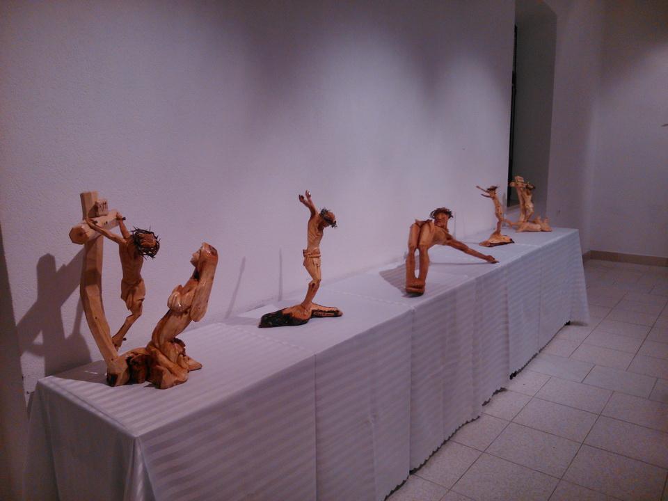 KORIZMENA TRIBINA: U Galeriji u Gorici otvorena izložba raspela Roberta Tomića (FOTO)