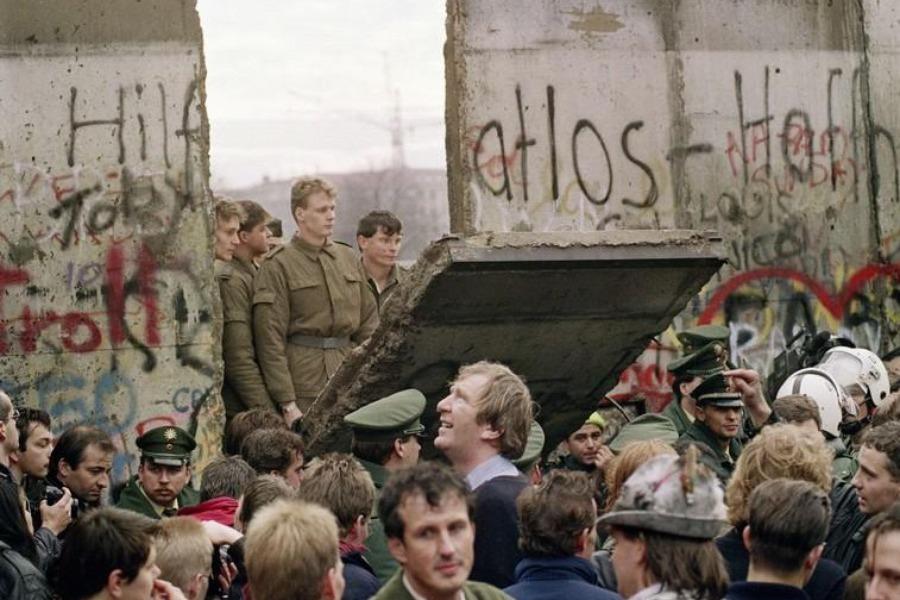 granicar-pad-berlinskog-zida-bila-je-najljepsa-izdaja-900x600-20091145-20101019012814-246191