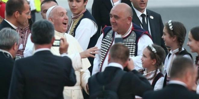 BEZ NJIH NE MOŽE: Hercegovci papi Franji zapjevali gangu, on se oduševio