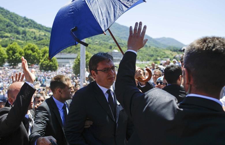 OBLJETNICA GENOCIDA Vučića u Srebrenici gađali bocama i kamenjem: 'Moja ruka Bošnjacima ostaje ispružena'