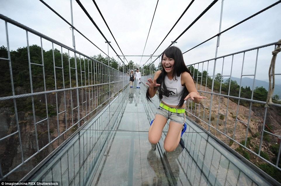 Prestravljeni turisti se bore sa svojim strahom od visine da pređu most na visini od 182 metra