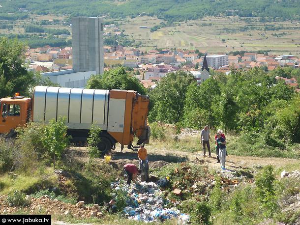 SKANDALOZNO: Opet smeće na čišćenom odlagalištu iznad crkve u Posušju