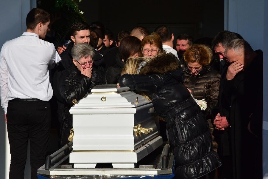 Tenina sestra sva je u suzama povikala: Vadite je iz groba!
