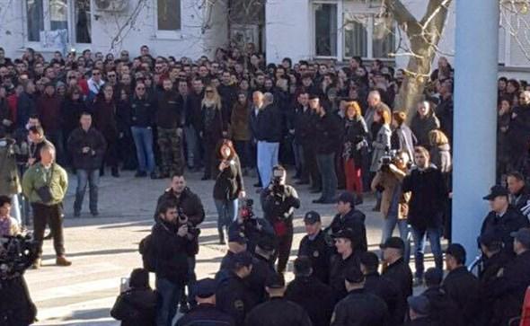 MOSTAR: Deložacija obitelji Šarić odgođena, u 'živom zidu' preko tristo ljudi