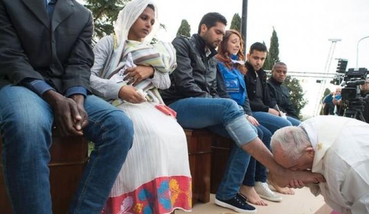 Papa Franjo na Veliki četvrtak oprao noge migrantima raznih vjeroispovijesti