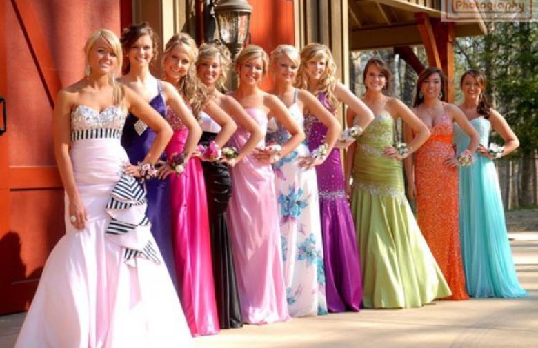 UŠTEDE: Maturalne haljine preko Facebooka posuđuju