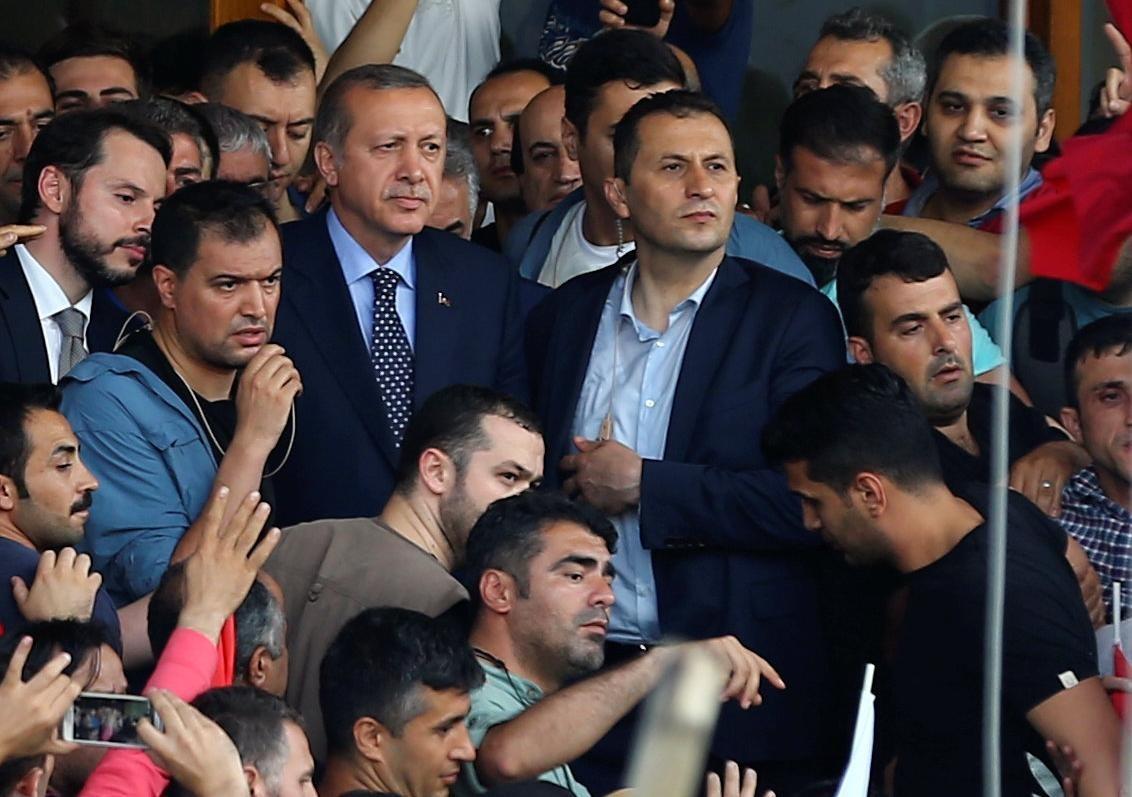 U Turskoj smijenjeno 2745 sudaca! Erdogan: Vojni udar nije uspio!!!
