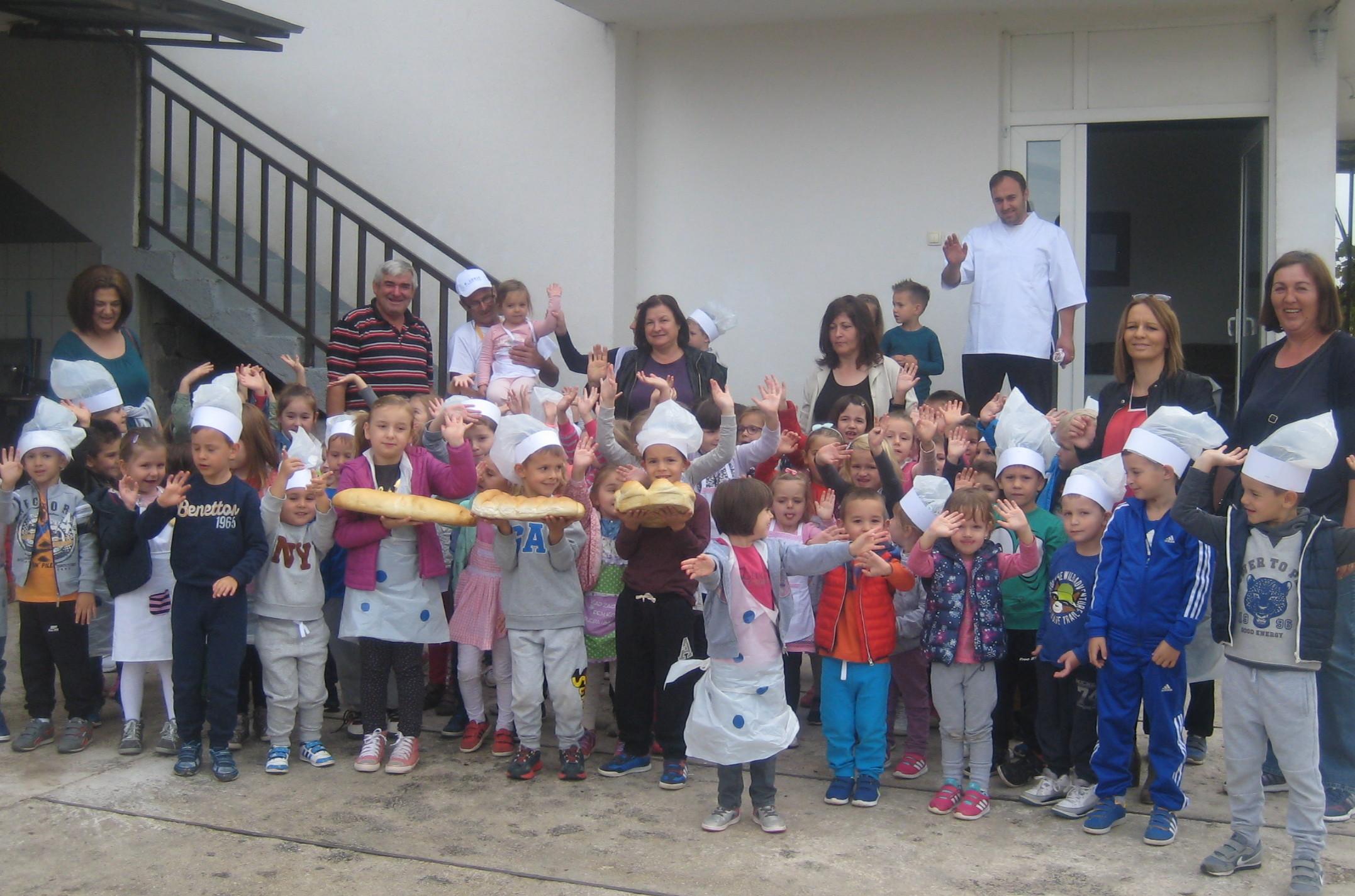 """Djeca iz vrtića """"Bajka"""" povodom Dana kruha posjetili pekaru """"Stević"""""""