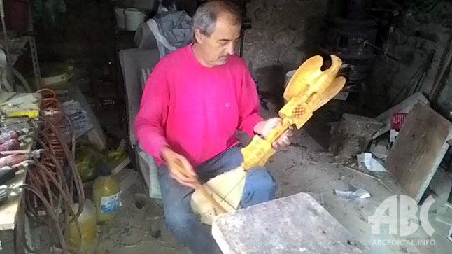 Jerko Bakula iz Batina kod Posušja je veliki zaljubljenik u stara glazbala