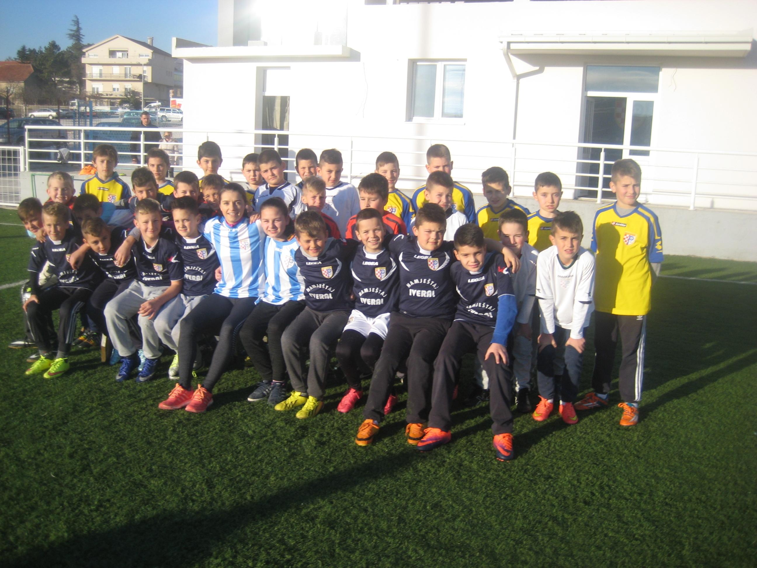 Iva Landeka s malim nogometašima na Mokrom docu