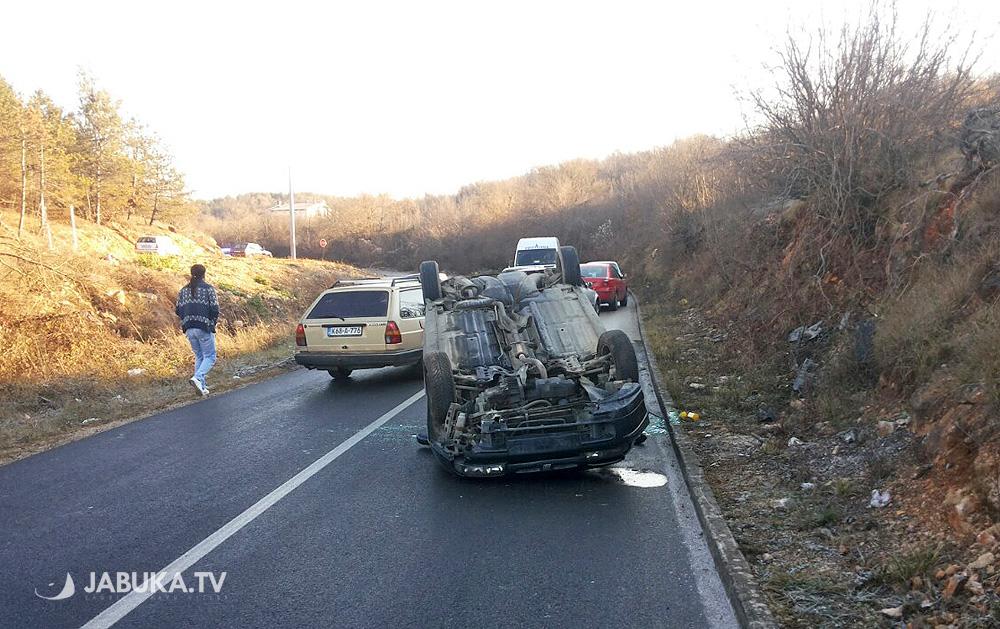 Automobil završio na krovu, lakše ozlijeđene četiri djevojke