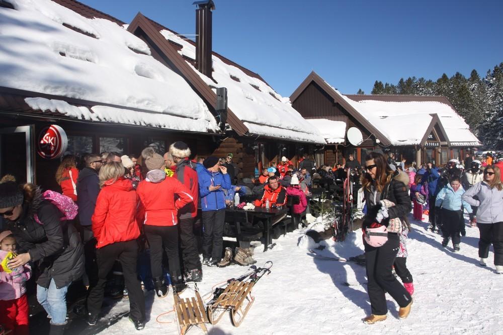 IDEALAN VIKEND NA BLIDINJU: Skijaške staze prepune skijaša