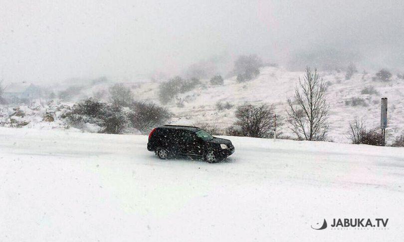 Snijeg u BiH stvara probleme na više prometnica