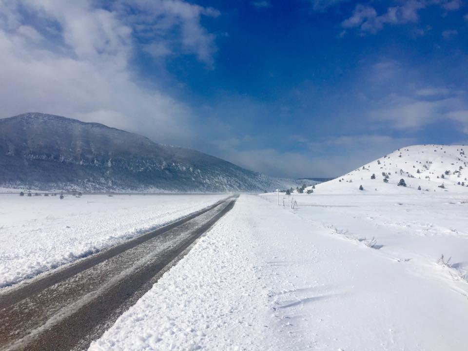 BIHAMK: Snijeg ne prestaje padati, otežano kretanje vozila i pješaka