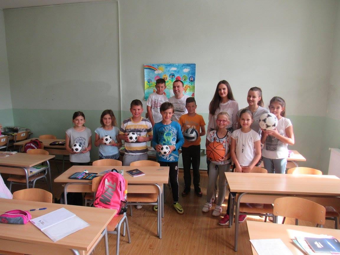 Vijeće mladih razveselilo osnovce u Gracu s novim loptama