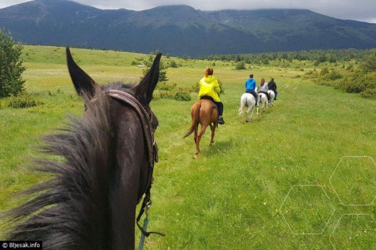 TURISTI ODUŠEVLJENI PONUDOM BLIDINJA: Jahanje konjima kroz netaknutu prirodu