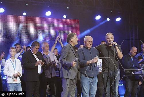 FOTO: Na koncertu 10 tisuća ljudi, Thompson poručio: Ljepota i ljubav su večeras u Mostaru