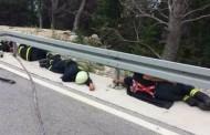'Ne dirajte usnule heroje, oni blaženo snivaju snom pravednika': Moćna fotografija izmorenih vatrogasaca koji su poslije intervencije zaspali na cesti