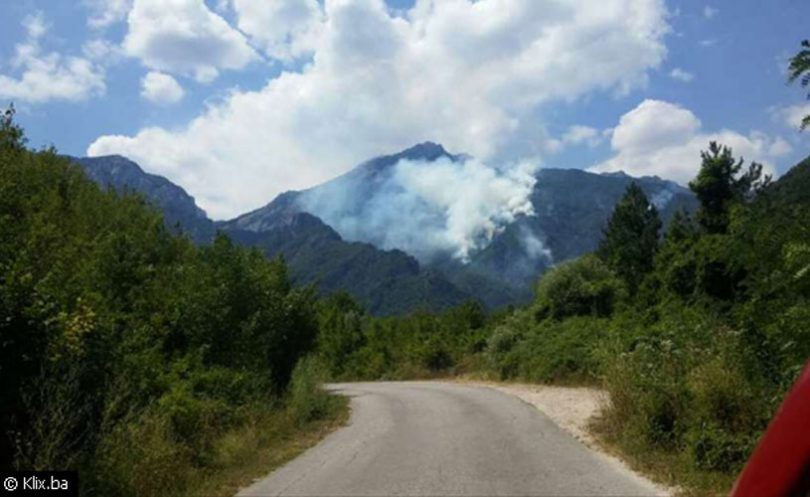 Požar na Čvrsnici se drastično proširio, vatrogasci brane prometnicu