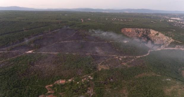 FOTO Požar u Imotskom lokaliziran, izgorjela borova šuma oko Crvenog jezera