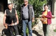 ŠUMSKI PLODOVI: Marija i Anđa Čuljak ubiru šipurak po otkupnoj cijeni od 2 KM