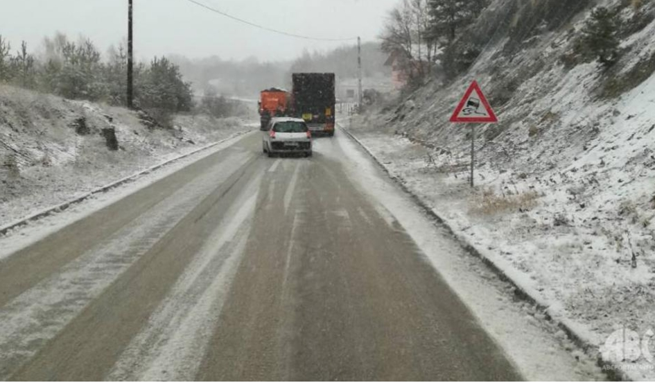 Posušje – Studena vrila: Šleper popriječio cestu – ne krećite na put bez zimske opreme