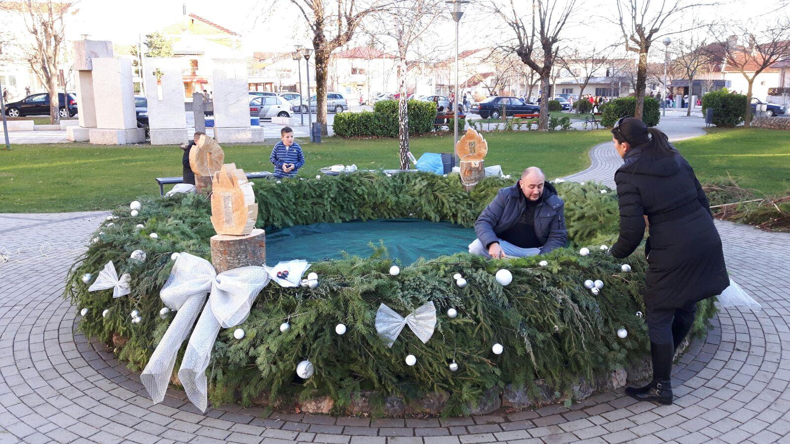 I ove godine adventski vijenac krasi posuški park