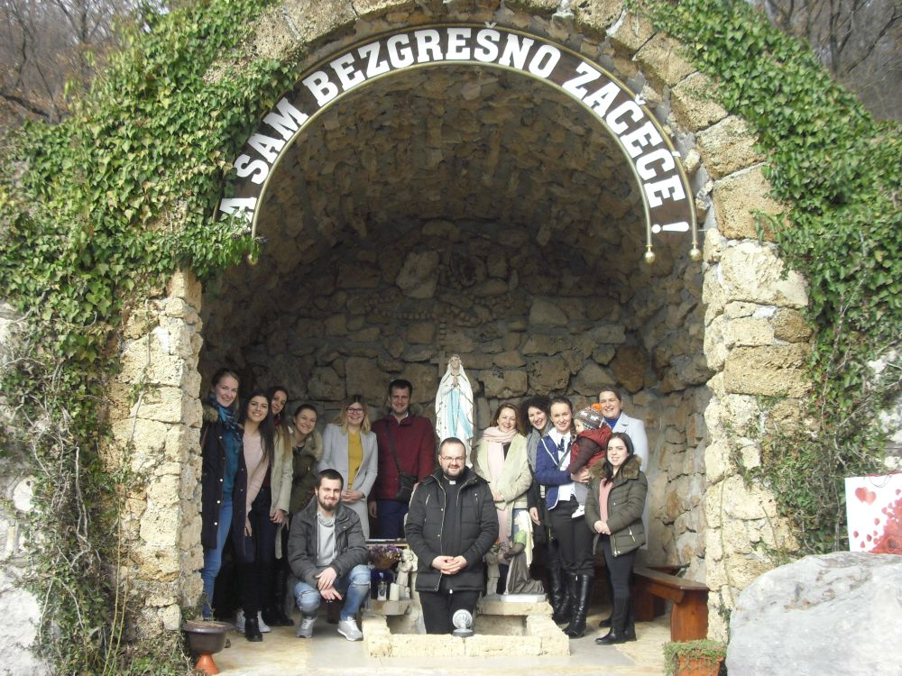 Pjevači iz Mostara s don Damirom u Špilji Gospe Lurdske u Viru