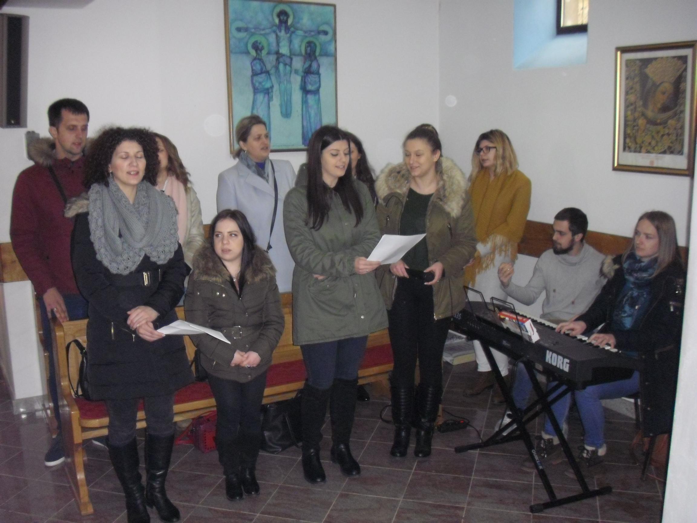 Pjevači zbora Otkrivenje iz Župe sv. Ivana u Mostaru_0