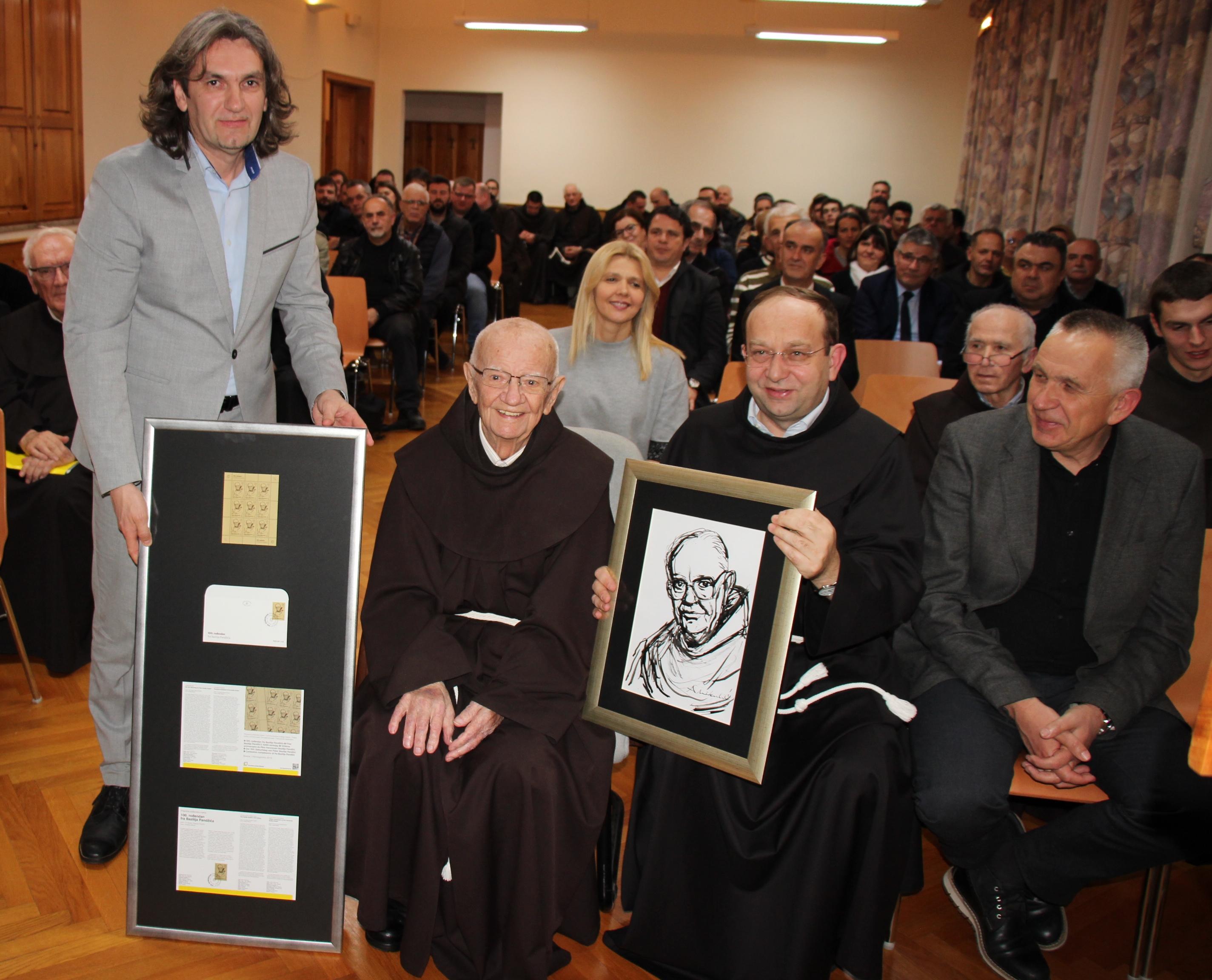 Fra Baziliju Pandžiću uručena marka s njegovim likom