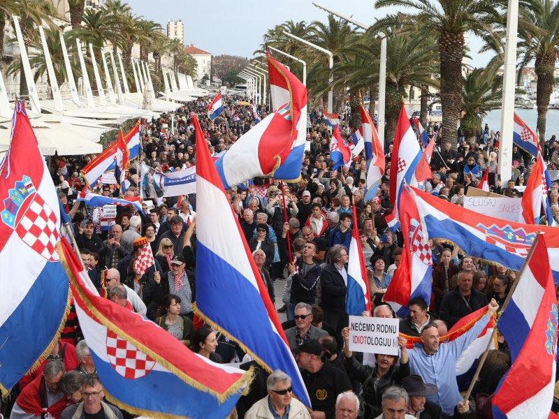 Desetci tisuća okupljenih u Splitu: 'Podignite ruku PROTIV ratifikacije Istanbulske konvencije i zaštitite narod'