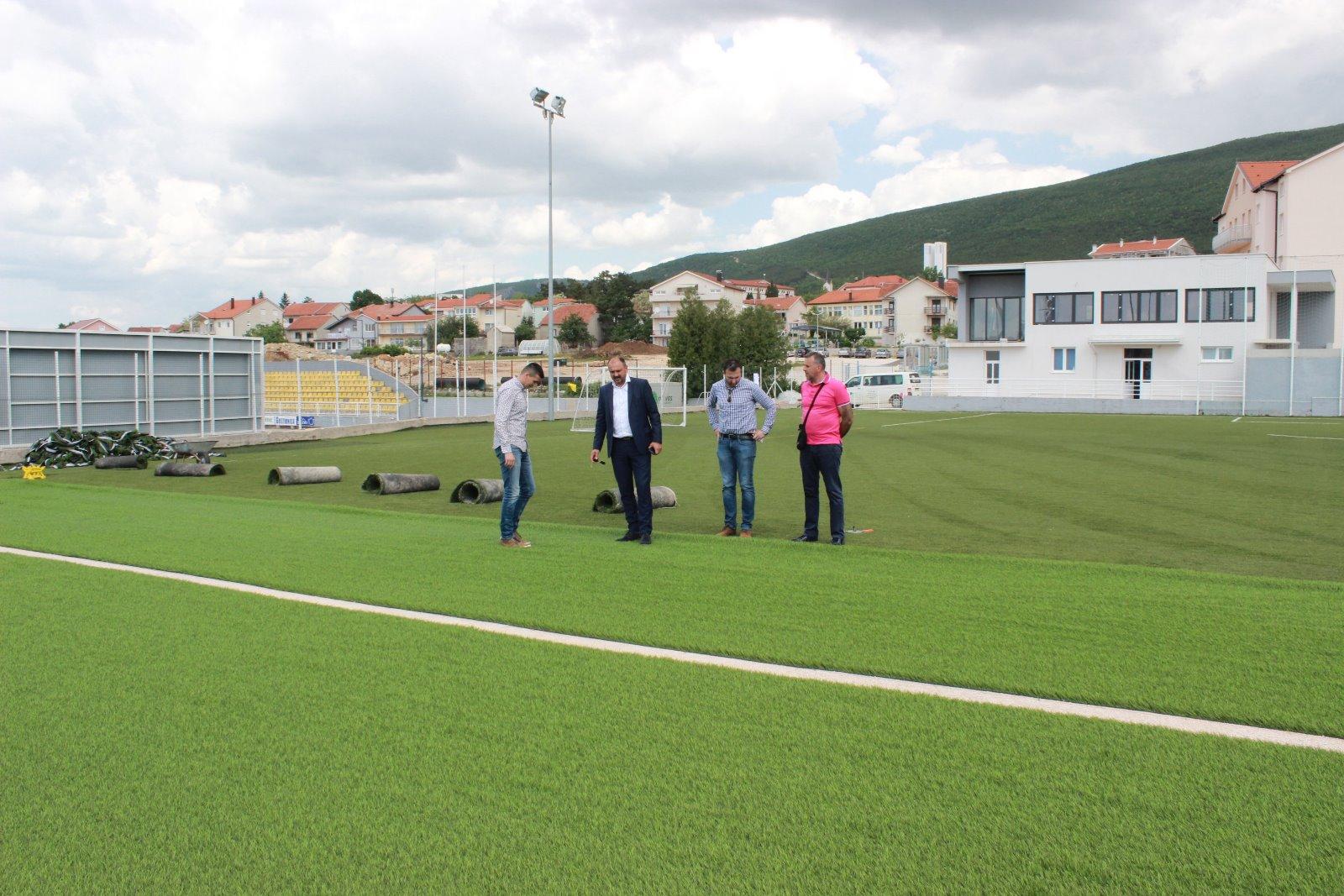 MOKRI DOLAC: U tijeku radovi na postavljanju nove umjetne trave
