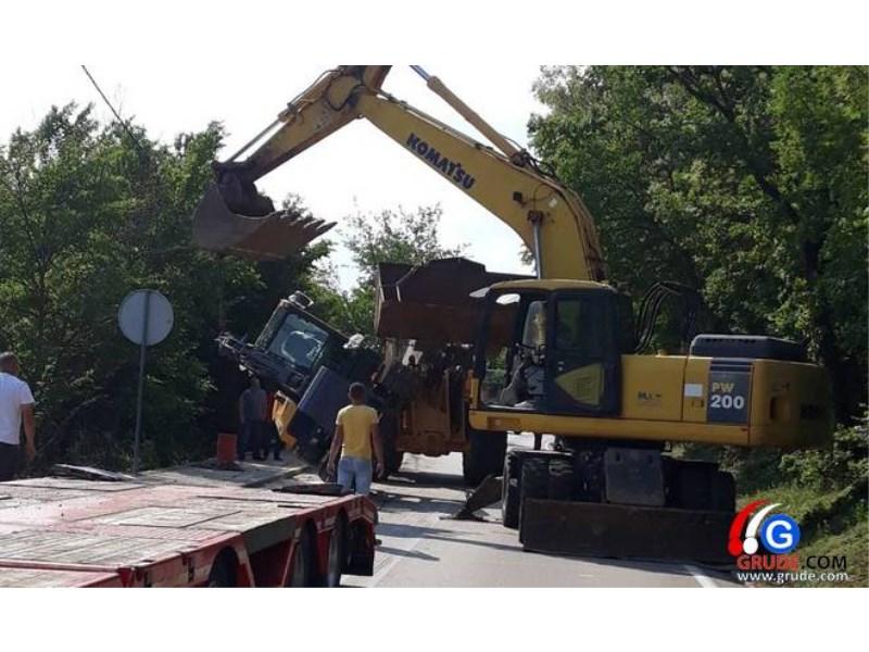Nesvakidašnja nesreća u Grudama: BAGER se prevrnuo s kamiona