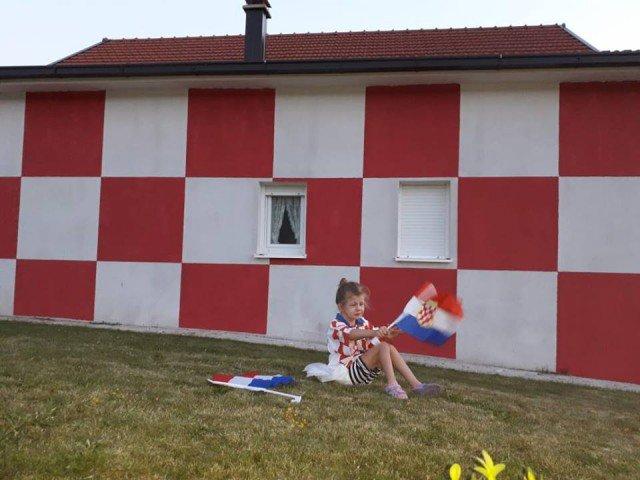 SAMO U POSUŠJU: Kuća obojena u Hrvatske kockice!!!