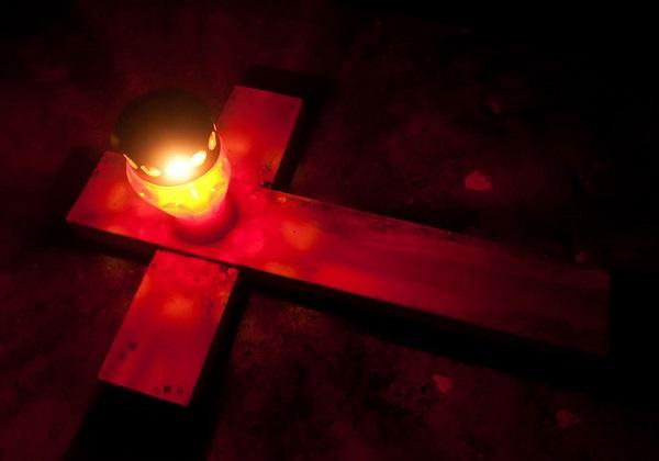SVI SVETI: Vjernici obilaze groblja, nose cvijeće i svijeće i mole se za pokojne