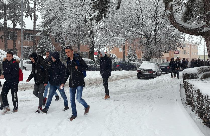 Snijeg stvorio probleme i u Hercegovini, kamioni ostali zaglavljeni na cesti