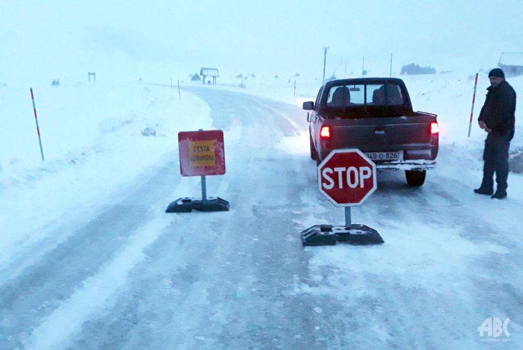Jak vjetar stvara snježne nanose na cesti Rakitno – Blidinje, cesta je zatvorena