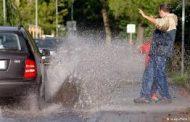 """KAŽNJIVO ZAKONOM: Kazne 30 maraka vozačima koji """"okupaju"""" pješaka"""