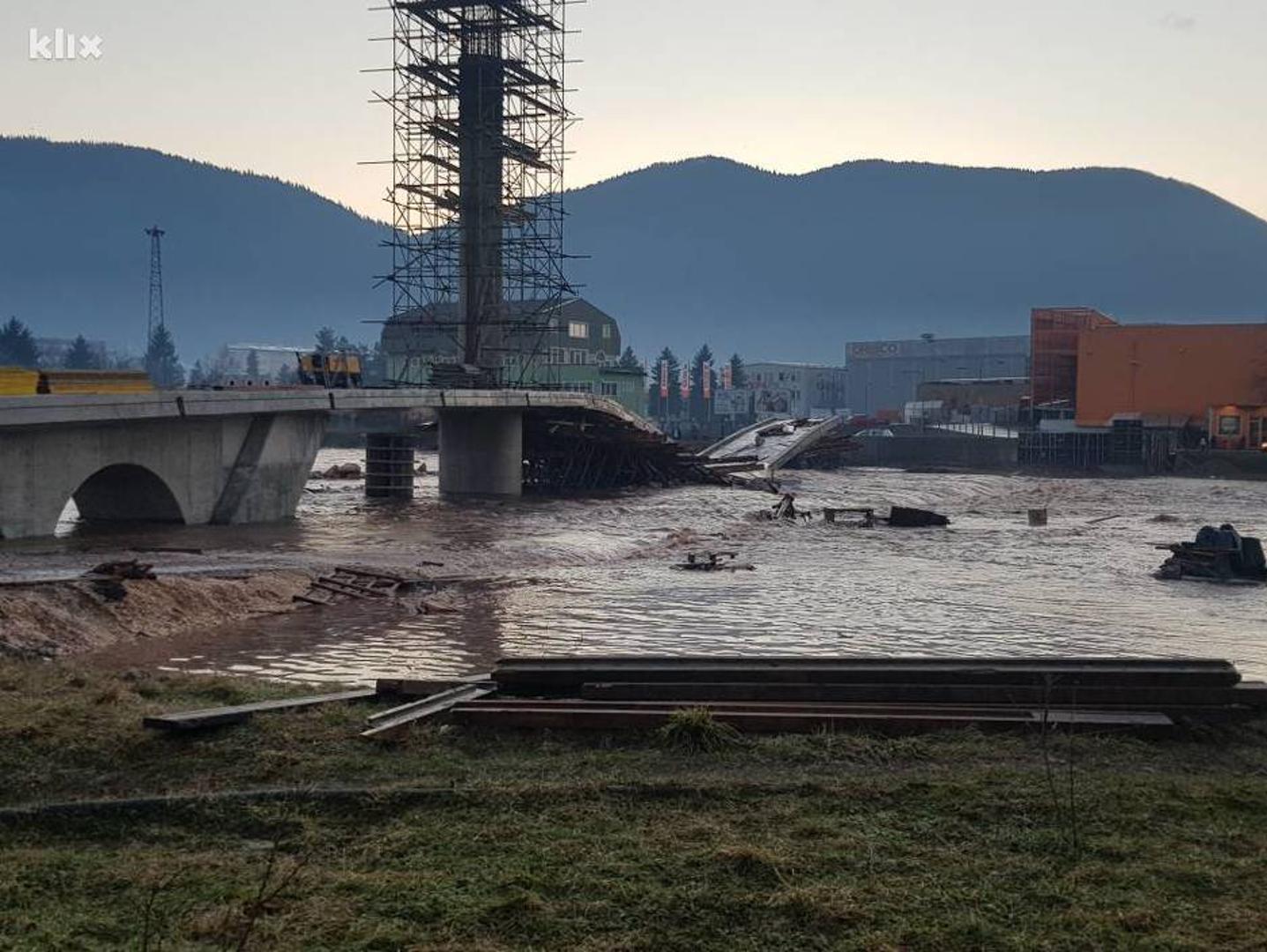 POPLAVE: Vodena bujica srušila most, odnijela put, problemi u prometu diljem BiH