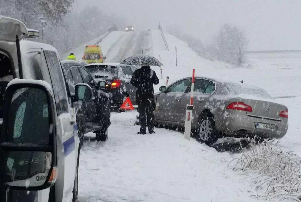 BIHAMK: Ugažen snijeg, mokre ceste i jaki udari vjetra otežavaju promet u BiH