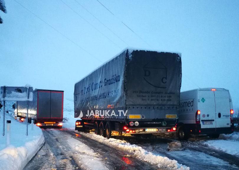 Zbog snijega obustavljen promet za teretna vozila na dionici Livno-Šuice
