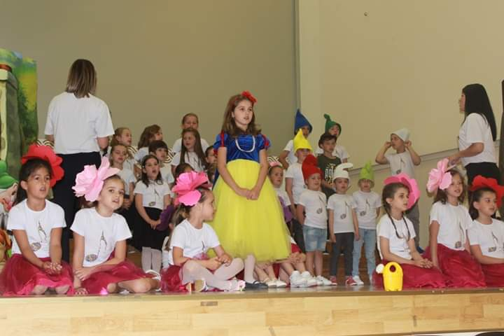 """Mališani razgalili publiku izvedbom glazbeno-scenske priče """"Snjeguljica i sedam glazbenika"""""""