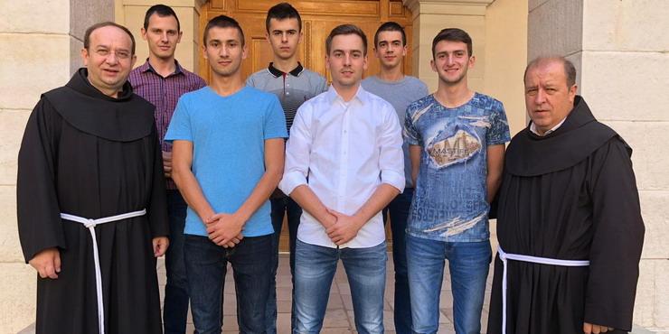 Šestorica postulanata Hercegovačke franjevačke provincije oblače habit, a među njima i Marinko Filipović iz Posuškog Gradca