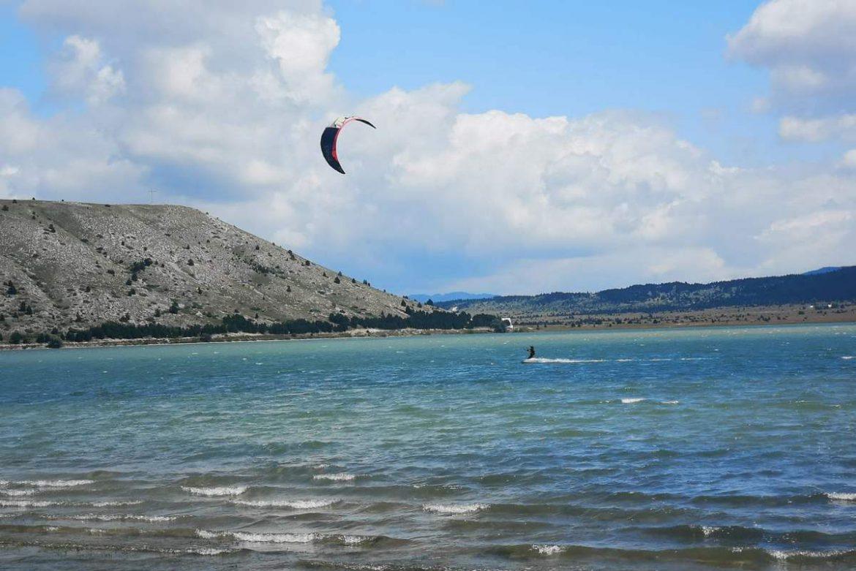 Bijeg od gužve i vrućine zamjenili kiteboardingom na Blidinjskom jezeru