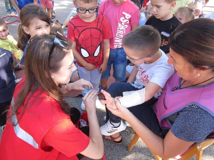 Strukovnjaci i gimnazijalci vrtićancima ukazivali na važnost pružanja prve pomoći