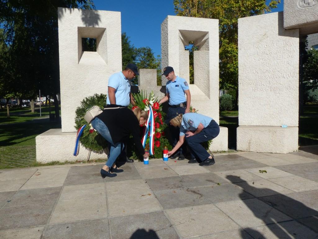 Djelatnici PU Posušje položili vijenac na Trgu hrvatskih branitelja povodom blagdana sv. Mihovila – zaštitnika policije